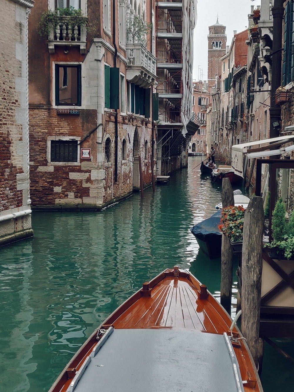 The Italian verb mancare